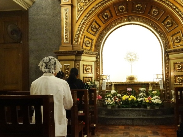 woman-praying-inside-adoration-chapel.jpg (593×261)